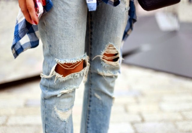 Shredded denim: come fare i jeans strappati